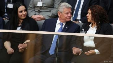German President Joachim Gauck grips the hands of family members, including Gamze Kubasik (left), of NSU murder victims prior to debates over the report prepared by the NSU Bundestag investigation commission on September 2, 2013 in Berlin, Germany (photo: Getty Images)