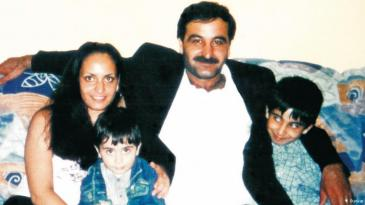 Mehmet Kubasik and his three children smile happily at the camera in a domestic setting (photo: private copyright)