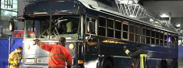 The bus in which the two US soldiers were killed is being inspected (photo: dapd)