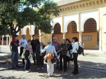 A group of tourists outside La Mezquita (photo: dpa)