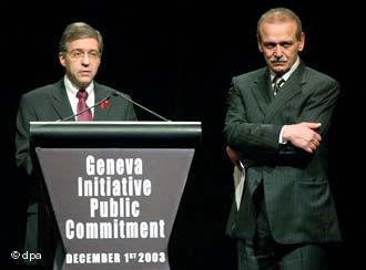 Jossi Beilin (left) and Yassir Abed Rabbo of the Geneva Initiative (photo: dpa)