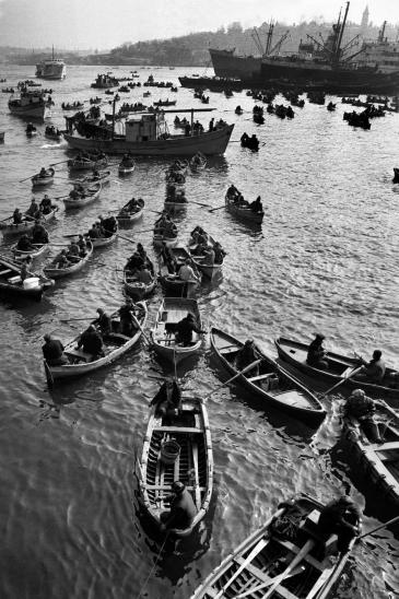 Fishermen, Istanbul, 1958 (photo: © Ara Güler)