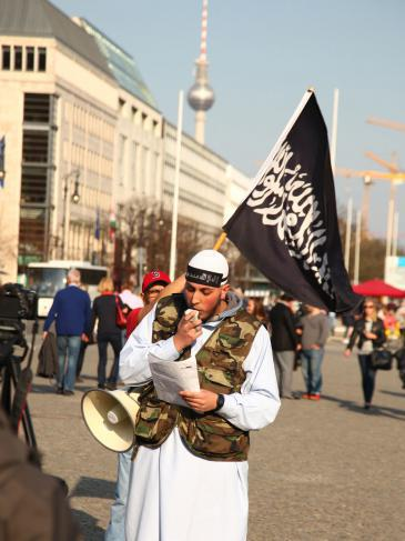 A Salafist near Brandenburg Gate in Berlin in late April 2014 (photo: picture-alliance/Wolfram Steinberg)