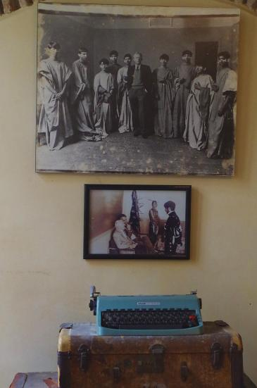 Typewriter and photographs of Paul Bowles in the American Legation museum in Tangiers (photo: Claudia Mende)