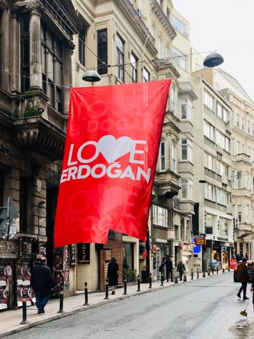 "A ""Love Erdogan"" banner hangs above a street in Istanbul (photo: Marion Sendker)"