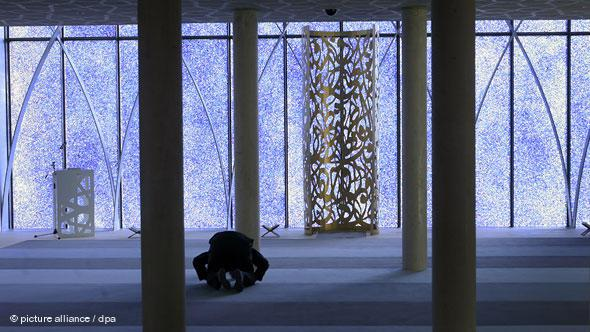 The prayer hall of the mosque in the upper Bavarian town of Penzberg, which was built in 2006, is bathed in a blue light from the shimmering façade made from thousands of glass fragments.