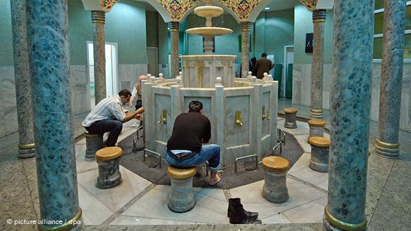 Washing is of central importance to the Muslim prayer ritual. The Yavuz Sultan Selim Mosque in Mannheim has an especially beautiful room for this purpose. The prayer house is an architectural synthesis of old and new.