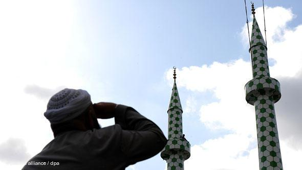 In a spectacular project, artist Boran Burchhardt redesigned both the minarets of the Centrum Mosque in the Hamburg district of St. Georg in September 2009.