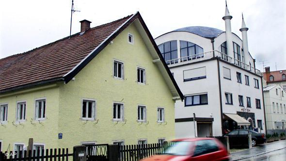 In 1999, a mosque was built for the growing Turkish population alongside a former farmhouse in the Munich suburb of Pasing.