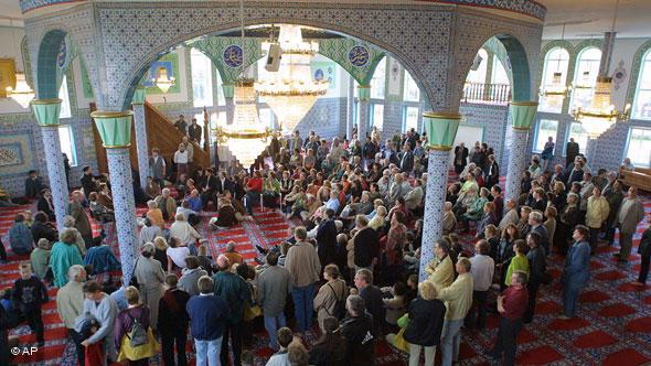 When it was built in 1973, the Fatih Mosque in Bremen was the city-state's first Muslim house of worship. The prayer hall interior was painted by two Chinese and four Turkish artists.