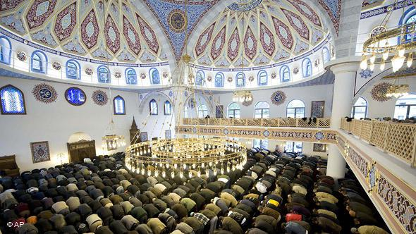 The Merkez Mosque in Duisburg, which was inaugurated in 2008, is one of the largest mosques in Germany. It has the capacity to accommodate 1,200 worshippers beneath its resplendent cupola.