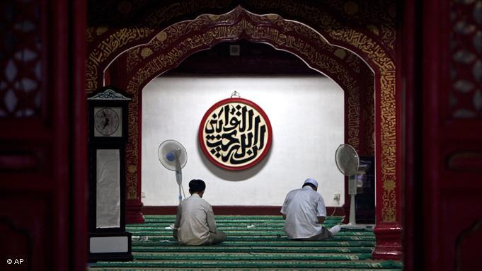 China is home to around 22 millions Muslims, members of the Hui and Uyghur minorities. Many of them are fasting this month. Two Hui Muslims read the Koran in this Chinese mosque in Beijing