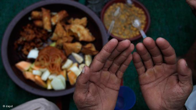 Every country has its own culinary customs for the ''Iftar'' celebration. In Pakistan, for example, the fast is broken with dates, pakora, choley and chutney. A short prayer is uttered before the breaking of the fast
