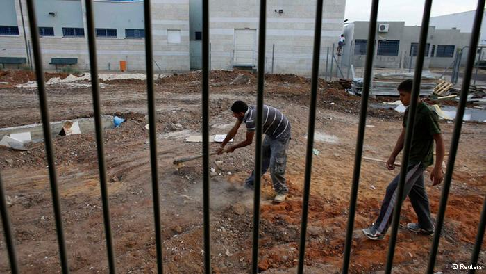 Guest workers from the West Bank earn around 50 percent of the salary of an Israeli worker. That represents a significant saving for Israeli entrepreneurs, and for Palestinians it is still more financially rewarding than a job at home. (photo: Reuters)