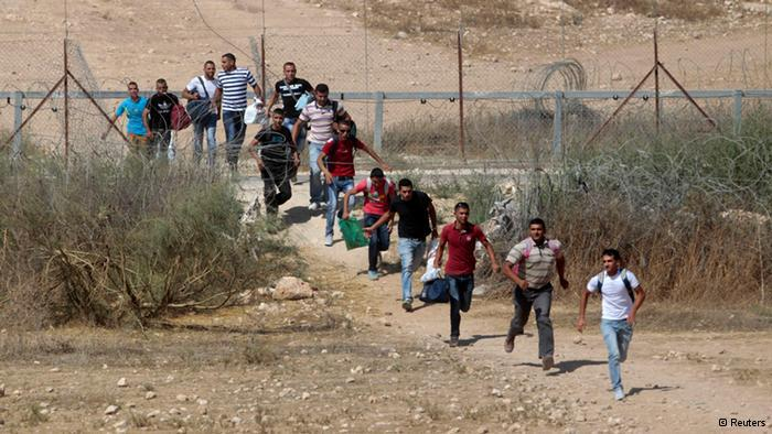 In addition to the almost 50,000 legal workers, there are also around 30,000 Palestinians who cross the border illegally. They earn about a quarter of an Israeli salary. (photo: Reuters)