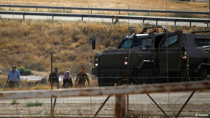 Israeli army patrols repeatedly pick up illegal border crossers. They're usually sent back the same day. Being caught makes it even more difficult for Palestinians to get an official work permit. (photo: Reuters)