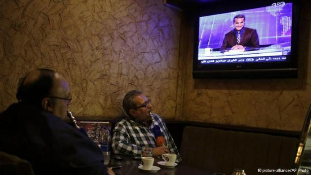 Two men watching Bassem Youssef's show in café in Ciaro (photo: picture-alliance/AP Photo)