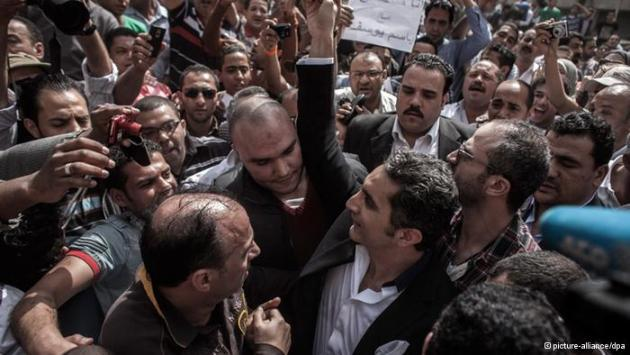 Bassem Youssef surrounded by a crowd of his followers (photo: picture-alliance/dpa)