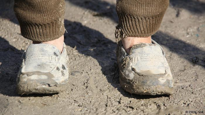 A child wearing an adult's shoes (photo: DW/H. Sirat)