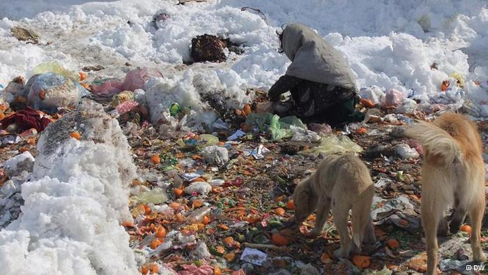 A girl rummages through rubbish in search of food (photo: DW/H. Sirat)