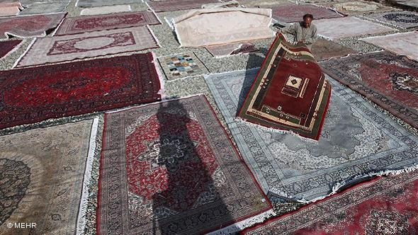 A man searches for a place to set down his carpet (photo: © Mehr)
