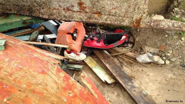 Personal belongings lying among the wreckage of the boats (photo: Mamadou Ba)