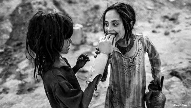 Girls playing with a prosthetic arm (photo: Majid Saeedi)