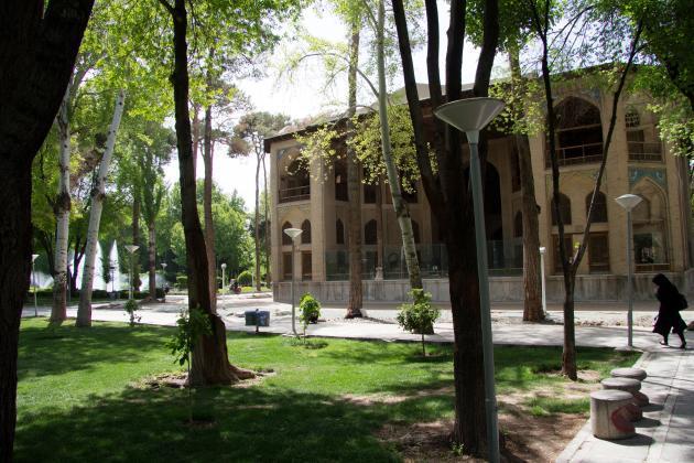 Hasht Behesht Palace in a park in Isfahan (photo: Shohreh Karimian/Johannes Ziemer)