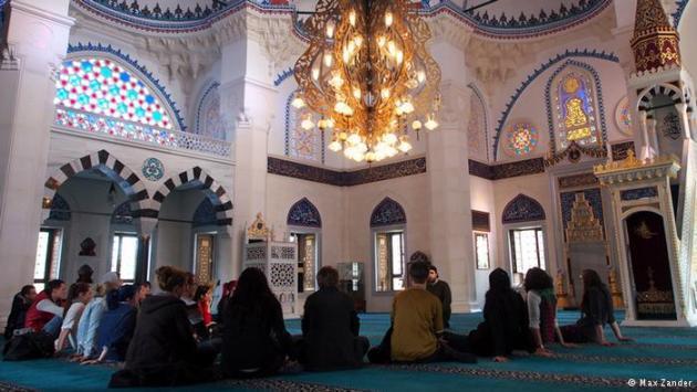 Interior of the Sehitlik Mosque in Berlin-Neukölln (photo: Max Zander)