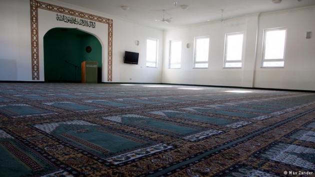 Interior of the Khadija Mosque in Berlin-Heinersdorf (photo: Max Zander)