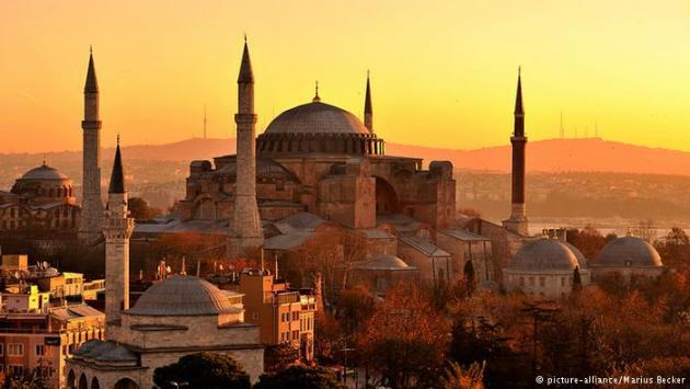 Golden sunset over Hagia Sophia. Photo © picture alliance/Marius Becker.