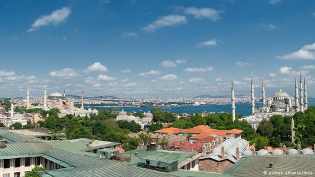 View across Istanbul and its mosques. Photo © picture alliance/Arco