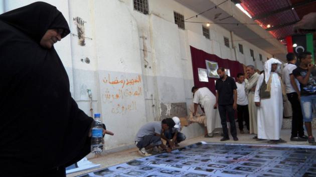 Mourning dead relatives in the Abu Salim prison (photo: Valerie Stocker)