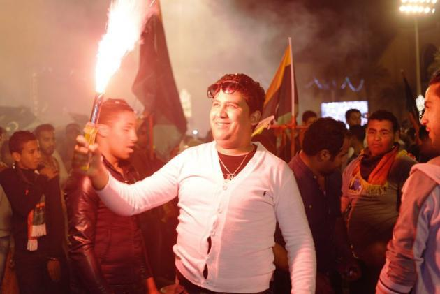Young people celebrate the anniversary of the revolution with flags and torches in Tripoli (photo: Valerie Stocker)