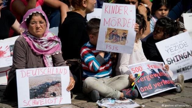 Yazidis protesting in Hanover, Germany (photo: picture-alliance/dpa)