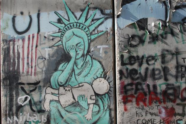 """The statue of liberty crying for the young """"Handala"""" (photo: Laura Overmeyer)"""