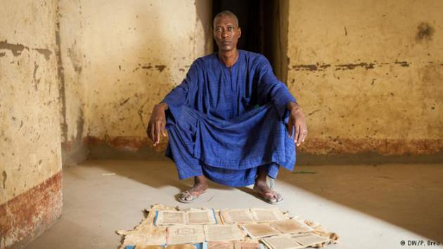 A resident of Timbuktu and his inherited manuscripts (photo: DW/P. Breu)