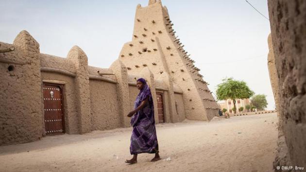 A woman walks down a street in Timbuktu (photo: DW/P. Breu)