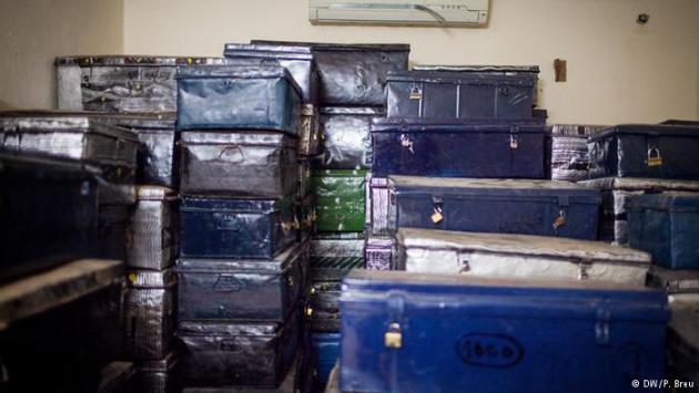 Metal boxes containing manuscripts smuggled out of Timbuktu (photo: DW/P. Breu)