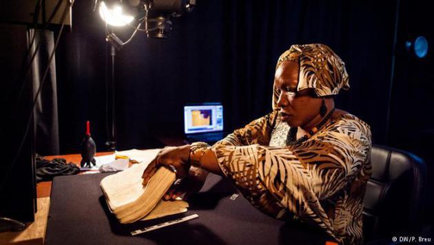 A woman handling one of the Timbuktu manuscripts (photo: DW/P. Breu)