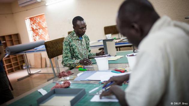 Men making storage boxes for the Timbuktu manuscripts (photo: DW/P. Breu)