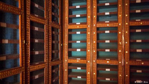 Empty shelves at the Mamma Haidara Memorial Library in Timbuktu (photo: DW/P. Breu)