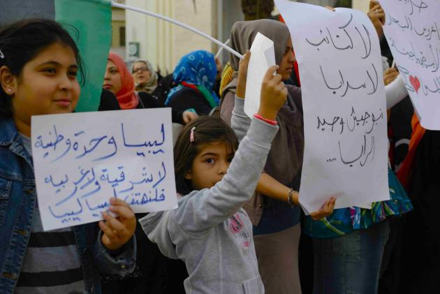 Children holding signs in Arabic, Tripoli, November 2013 (photo: Valerie Stocker)