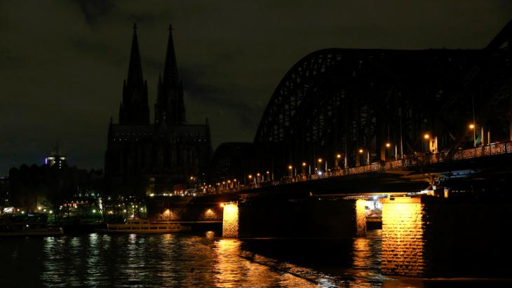 Cologne Cathedral's lights are switched off in protest at a march by Kögida (photo: Reuters/Wolfgang Rattay)