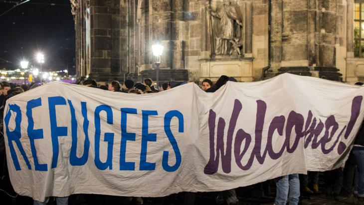 "Anti-Pegida demonstrators in Dresden with a banner that reads ""Refugees welcome! "" (photo: picture-alliance/dpa)"