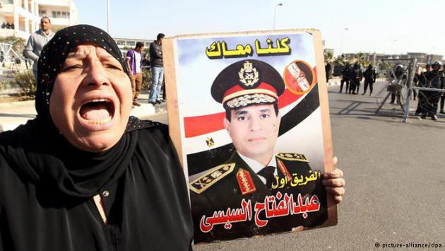 A woman holds up a poster of Abdul Fattah al-Sisi (photo: picture-alliance/dpa)