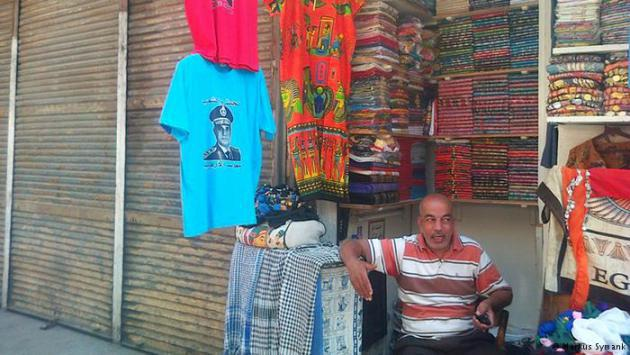 A man selling T-shirts and scarves (photo: Markus Symank)