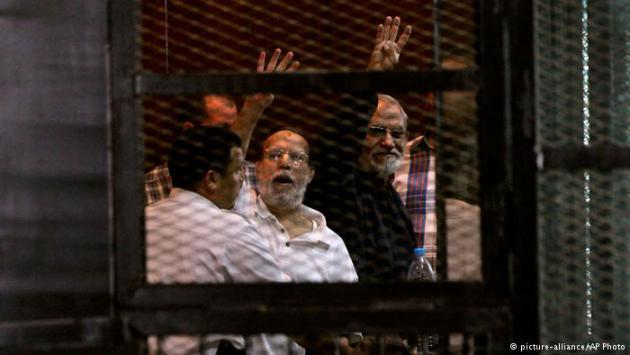 Members of the Muslim Brotherhood behind bars (photo: picture-alliance/AP Photo)