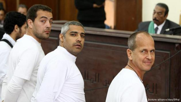 Al Jazeera journalists in court (photo: picture-alliance/dpa/Elfiqi)