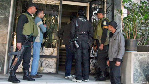 Egyptian military police search the offices of an NGO in Cairo (photo: dapd)